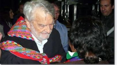 Osvaldo Bayer en el barrio Carlos Mugica