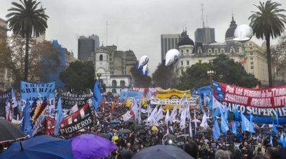 """""""Paz, Pan, Tierra, Techo y Trabajo"""""""
