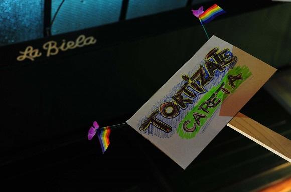 """Télam 05/09/2016 Buenos Aires: Organizaciones representativas de la diversidad sexual participaron del """"besazo"""" convocado frente al bar La Biela, en el barrio porteño de la Recoleta, donde el lunes pasado Belén Arenas denunció haber sido echada junto a su pareja por su condición de lesbiana. Foto: Maxi Luna cf"""