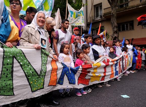 Buenos Aires: Organizaciones nucleadas en el colectivo ''Encuentro Niñez y Territorio'' marcharon esta tarde desde Avenida de Mayo y 9 de Julio hacia la Plaza de Mayo, adonde realizan un festival artístico, para ''visibilizar la crisis económica y social, la criminalización de la protesta, la presencia policial y la vulneración de los derechos de los pibes y pibas en sus comunidades''. Foto: Víctor Carreira/Télam/jcr 26/10/2016